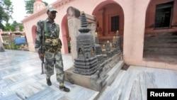 Pripadnici indijske bezbednosti kraj hrama Bod Gaja u istočnoj indijskoj državi Bihar, 7. juli, 2013.