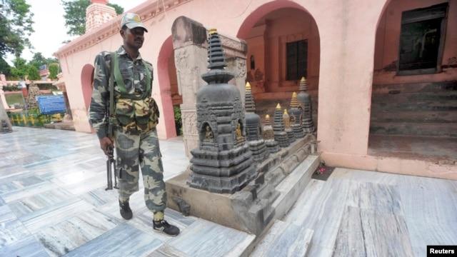 Pasukan keamanan India memeriksa lokasi ledakan di kuil Bodh Gaya, India timur hari Minggu (7/7).