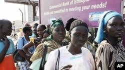 국민투표가 시작된 9일 한 흑인 여성 유권자가 투표인 등록증을 보여주고 있다.
