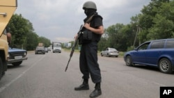 A Ukrainian soldier controls a road on the outskirts of Izyum, Eastern Ukraine, May 30, 2014.