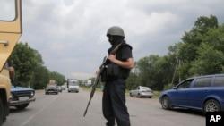 Một người lính Ukraine kiểm soát một tuyến đường tại Izyum, miền đông Ukraine.