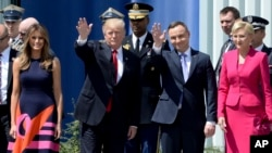 Le président américain Donald Trump et le président polonais Andrzej Duda et les premières dames à Krasinski Square, à Varsovie, en Pologne, le 6 juillet 2017 .
