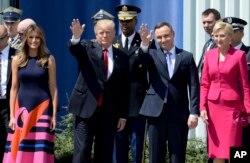 도널드 트럼프(가운데 왼쪽) 미국 대통령과 안드레이 두다(가운데 오른쪽) 폴란드 대통령이 6일 바르샤바 시내 크라신스키 광장에 들어서고 있다. 왼쪽은 트럼프 대통령 부인 멜라니아 여사, 오른쪽은 두다 대통령 부인 아가타 여사.