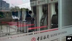 지난 8일 베이징 시내 중국은행 자동인출기를 이용하는 고객. 중국은행은 최근 북한 조선무역은행에 계좌동결과 거래정지를 통보했다.