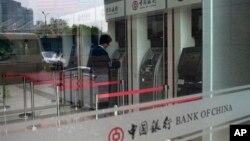 지난 5월 베이징 시내 중국은행 자동인출기를 이용하는 고객. 중국은행은 북한 조선무역은행에 계좌동결과 거래정지를 통보했다. (자료사진)