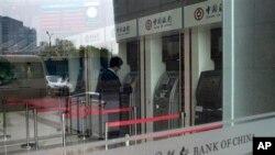 8일 베이징 시내 중국은행 자동인출기를 이용하는 고객. 중국은행은 최근 북한 조선무역은행에 계좌동결과 거래정지를 통보했다.
