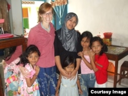 Dr. Jozina Vander Klok bersama sebuah keluarga di Paciran, Lamongan, Jawa Timur (foto: courtesy).