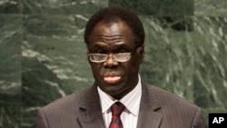 Michel Kafando est officiellement investi vendredi 21 novembre 2014 à la suite de la passation du pouvoir avec le lieutenant-colonel Isaac Zida qu'il a nommé Premier ministre