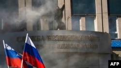 Para aktivis Pro-Rusia menggelar aksi demo di depan markas keamanan regional di Luhansk, Ukraina (6/4).