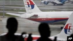 아프리카 모잠비크 동부 해안에서 발견된 여객기 파편이 2년 전 실종된 말레이시아 여객기 잔해가 거의 확실하다고 호주 관리들이 밝혔다. 지난 5일 말레시아 콸라룸푸르 국제공항에 대기 중인 말레이시아 여객기. (자료사진)