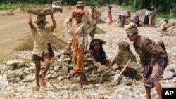 Phụ nữ và trẻ em làm việc nơi công trường mở rộng đường ở Miến Điện