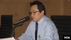 Kepala Biro Hukum dan Hubungan Masyarakat Mahkamah Agung, Ridwan Mansyur, membacakan putusan terkait Bupati Garut. (VOA/Andylala Waluyo)