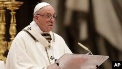 프란치스코 로마 가톨릭 교황이 24일 바티칸 베드로대성당에서 열린 성야미사에서 강론하고 있다.