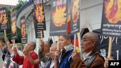 Người Tây Tạng trương ảnh của những người đồng hương tự thiêu ở Trung Quốc, trong buổi mít tinh trước quảng trường Tự do ở thành phố Đài Bắc, Đài Loan. 19 tháng 10, 2011.