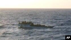 Терпящее бедствие судно с иммигрантами (архивное фото)