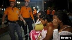 Une équipe de sauvetage vient à la rescousse de patients à l'extérieur d'une clinique à Cali, en Equateur, le 16 avril 2016.