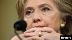 La candidata presidencial demócrata, Hillary Clilnton, esucha la declaración inicial del presidente de la comisión investigadora del ataque a Bengasi, Trey Gowdy.