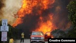 Warga mengambil foto kobaran api di dekat Camarillo, sebelah baratlaut Los Angeles yang mengancam ribuan rumah (2/5).