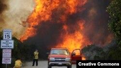 Las llamas cerca de Camarillo, en el condado de Ventura, en Los Angeles, han obligado a la evación de cientos de personas.
