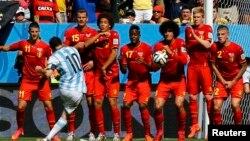 L'Argentin Lionel Messi tire un coup franc contre la Belgique lors du Mondial 2014 au Brésil, en quart de finales au Stade national de Brésil, le 5 juillet 2014. REUTERS/Damir Sagolj