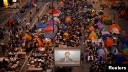 示威人士在香港政府總部附近收看港府與學聯對話直播