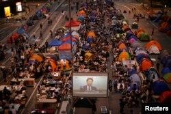 香港示威者观看政府官员与学联代表的对话