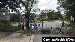Manifestantes de la oposición en Venezuela han bloqueado calles de Caracas, durante el paro de 48 horas convocado en contra de la Asamblea Nacional Constituyente el miércoles, 26 de julio de 2017.