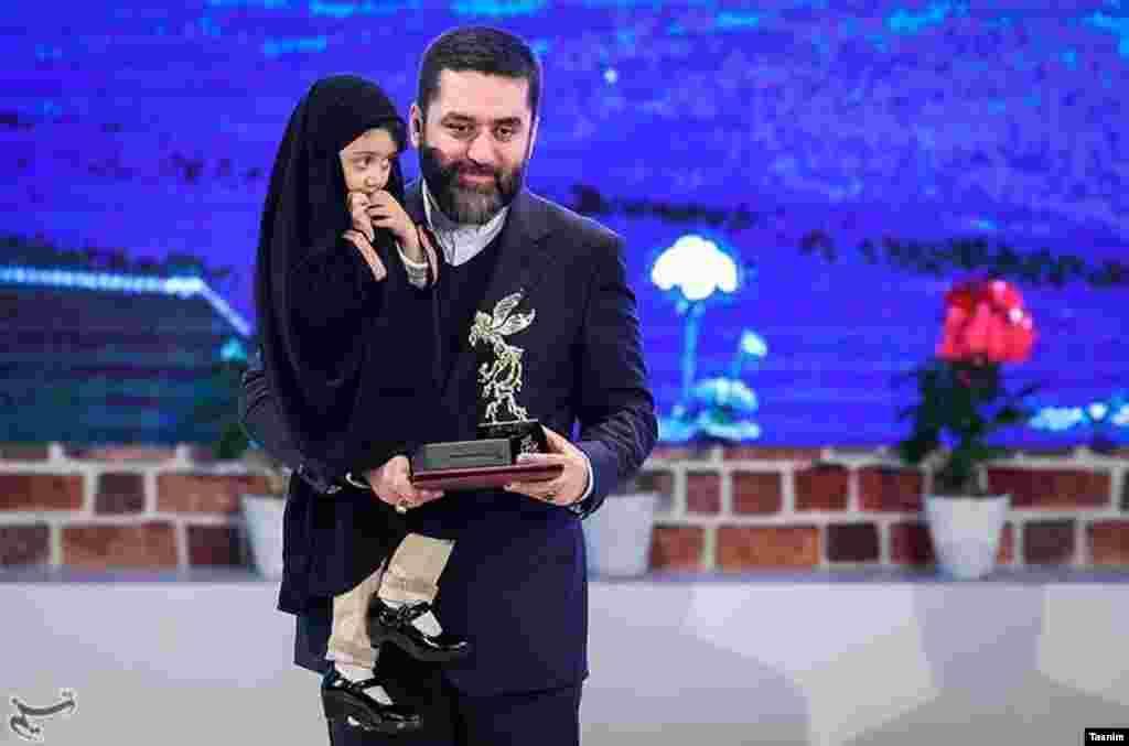 سیمرغ بلورین بهترین فیلم سیوپنجمین جشنواره فیلم فجر به سیدمحمود رضوی تهیهکننده فیلم ماجرای نیمروز رسید. عکس: حامد ملکپور