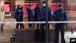 Polisi Belgia siaga di ibukota Brussels, sementara pencarian tersangka pelaku serangan di Paris terus berlangsung di Belgia (22/11).