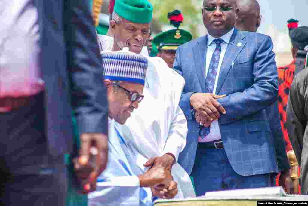 Shugaban Najeriya Muhammadu Buhari tare da mataimakinsa Yemi Osinbajo a dandalin taro da ake kira Eagle Square dake Abuja, Ranar Litinin 1 daga Watan Oktoba shekarar 2018.