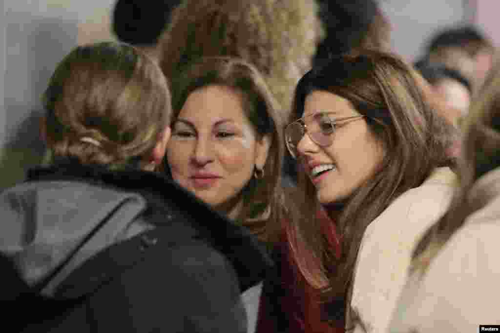 Actors Kathy Najimy (C) and Marisa Tomei (R) are seen at the New York Supreme Court in the Manhattan borough of New York City, before the hearing of film producer Harvey Weinstein, who requested that rape and assault charges against him be dismissed. His appeal was rejected.