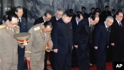 由北韓中央通訊在東京發佈的這張照片﹐包括金正恩(前排中)在內的軍方和政府高級官員﹐在平壤的錦繡山紀念宮向金正日致哀。