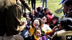 16일 인도 뉴델리시 중국 대사관 앞에서 시위하는 티베트인을 체포하는 경찰들