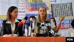 Lilian Tintori (derecha) habla con los periodistas junto a María Corina Machado sobre los planes de acción de la oposición. [Foto: Álvaro Algarra, VOA]