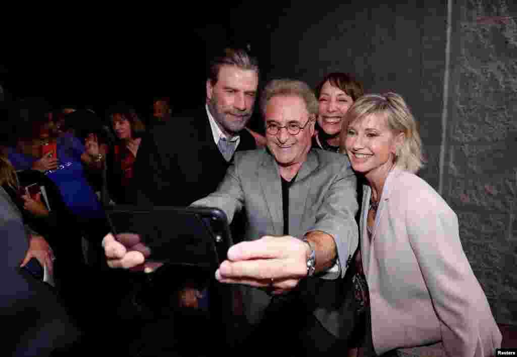 عکس سلفی جان تراولتا، بازیگر مشهور آمریکایی در کنار بازیگران و سایر عوامل سازنده فیلم موزیکال رمانتیک «گریس» در مراسم چهلمین سال اکران آن فیلم در کالیفرنیا