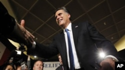 前麻薩諸塞州州長米特.羅姆尼與支持者握手。