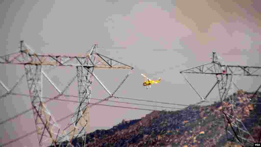 部分山區的輸電線路被焚,搶修工作星期天已開始(美國之音國符拍攝)
