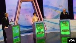 三名香港特首選舉候選人曾俊華(左起)、林鄭月娥及胡國興出席電視辯論。(美國之音湯惠芸攝)