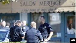 加州一間髮廊發生兇案後警方封鎖現場調查