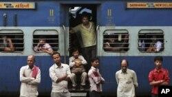 လွ်ပ္စစ္မီးျပတ္ေတာက္မႈေၾကာင့္ ရထားလိုင္းလုပ္ငန္းမ်ား ရပ္တန္႔သြားသည့္အတြက္ ခရီးမဆက္ႏိုင္ဘဲ ျဖစ္ေနၾကရပံု။ (ဇူလိုင္ ၃၁၊ ၂၀၁၂။)