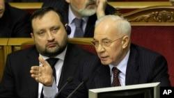 PM Ukraina Mykola Azarov (kanan) dan wakilnya Serhiy Arbuzov menghadiri sidang parlemen di Kiev, Ukraina, 22/11/2013. Para lawan politik mengecam PM Ukraina karena menangguhkan perjanjian dengan Uni Eropa, dan sebaiknya berpaling ke Rusia.