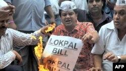Các nhà hoạt động chống tham nhũng đốt các bản sao dự thảo luật Lokpal tại Mumbai, ngày 4/8/2011