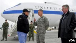 Menhan AS Leon Panetta (kiri) saat tiba di pangkalan udara Manas di Kyrgyzstan, Selasa (13/3).