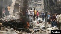 Los habitantes de Alepo seguían encerrados en sus casas y desconfiaban del leve intervalo entre ataques de este domingo por la mañana.