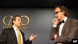 O Ian Vásquez και o Patrick Welter επι σκηνής μιλούν για την ελληνική οικονομία.
