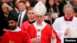 Le pape François part à la fin de la messe de la Pentecôte à la basilique Saint-Pierre, au Vatican, le 20 mai 2018.