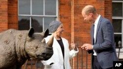 Pangeran William dari Inggris berbicara dengan artis Nancy Fouts saat ia menghadiri acara seni Tusk Rhino Trail, sebuah instalasi seni di London yang berusaha menarik perhatian krisis perburuan liar secara global, di Kensington Palace Gardens, London, Senin 10 September 2018 (fot