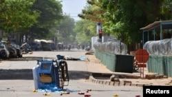 Une charrette abandonnée est photographiée près du quartier général de l'armée du Burkina Faso à la suite d'une attaque dans la capitale Ougadougou, au Burkina Faso, le 2 mars 2018