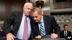 美國參議員麥凱恩(左) 與格拉漢姆(右)(資料照片)