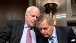 Anggota Komisi Angkatan Bersenjata Senat Amerika, Senator John McCain (kiri) dan Senator Lindsey Graham diutus Presiden Obama untuk melawat ke Mesir (Foto: dok).
